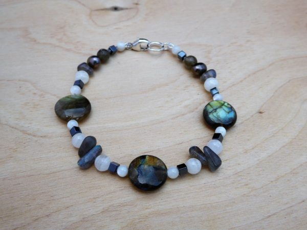 Bracelet with circular labradorite and white agate